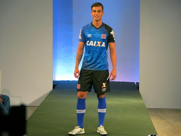 9e5b9d3adc Meia Bruno Cosendey posa com nova camisa de treino do Vasco - SuperVasco